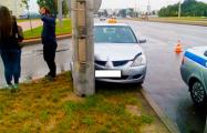 В Минске такси на «лысой» резине въехало в столб