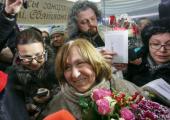 Алексиевич в аэропорту встретило несколько сотен человек