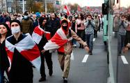 Минские улицы проста тонут в бело-красно-белых флагах