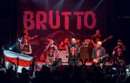 Видеофакт: белорусы под бело-красно-белыми флагами поют «Родны край»