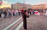 Собравшиеся на площади Независимости поют «Тры чарапахi» и «Купалiнку»