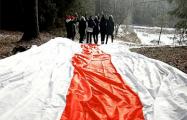 Жители Каменной горки вышли на акцию с гигантским бело-красно-белым флагом