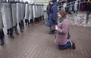 Минчанка, молившаяся перед щитами: Пусть хоть один из них меня услышит