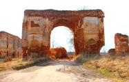 В Лидском районе хотят снести триумфальную арку Радзивиллов