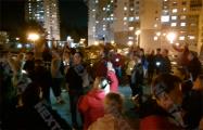 Минчане массово собираются по вечерам в своих дворах