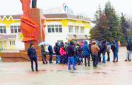 В Мозыре несколько десятков человек вышли протестовать к памятнику Ленину
