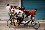 В Пакистане поезд сбил рикшу со школьниками