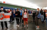 В Минске прямо на платформе метро спели «Магутны Божа» и «Пагоню»