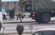 Видеофакт: В Минске каратель выпал из спецтранспорта
