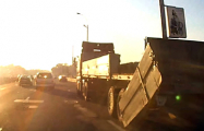 Видеофакт: На проспекте Жукова борт грузовика упал под колеса авто