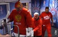 Вратаря сборной России по хоккею вывозили на лед на тележке