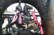 В Минске на памятниках появились бело-красно-белые ленточки