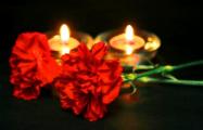 Белорусы второй день несут цветы и свечи к посольству РФ