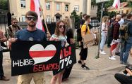 Жители Риги вышли с плакатами к белорусскому посольству