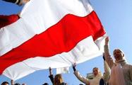В самом центре Минска вывесили большой бело-красно-белый флаг
