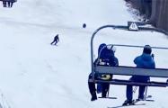 Видеохит: Погоня медведя за лыжником в Румынии набирает популярность в Сети