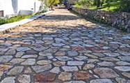 В России дорогу вымостили плитами с братской могилы