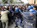 Бунтующие итальянские студенты прорвались в Колизей