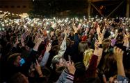В Минске на бесплатном концерте Nizkiz сцена окрасилась в бело-красно-белые цвета