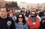 В Хабаровске люди вышли на площадь и скандируют «Врача Навальному!»