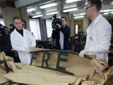 Реставраторы восстановили распиленную табличку с ворот Освенцима