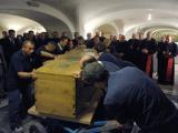 Гроб с телом Иоанна Павла II вынесли из склепа