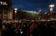 Колонна протестующих идет с площади Независимости на Октябрьскую