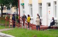 В Жабинке пациенты с температурой выстроились в очередь, чтобы попасть на прием к врачу