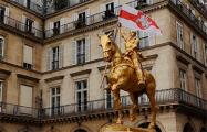 Статуе Жанне д'Арк в Париже дали в руку флаг Беларуси