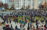 Кадр дня: белоруска обнимает ребенка, чтобы он не видел беспредел карателей