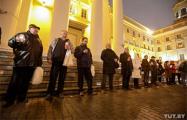 В Минске возле здания КГБ проходит акция памяти жертв сталинизма (Видео, онлайн)