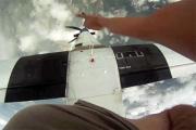 Парашютисты в прыжке засняли на видео пролетевший вплотную самолет