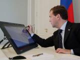 Медведев предложил пользователю Twitter рассказать Суркову о взятках