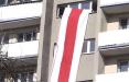Партизаны Речицы вывесили в окно огромный бело-красно-белый флаг