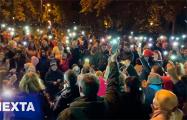 В районе ТЦ «Рига» минчан развлекает фокусник