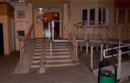 Фотофакт: В Минске установили пандус, который перекрыл вход в подъезд по лестнице