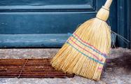 В Гродно преподавателей университета загоняют на уборку общежития