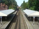 В Великобритании бетономешалка упала с моста на поезд