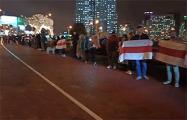 Десятки минчан выстроились в цепь солидарности около легендарного «Зубра»