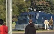 Белорус с зонтиком прогнал водомет на Марше освобождения