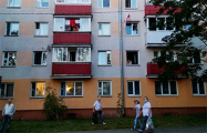 Жители Минска массово вывешивают бело-красно-белые флаги