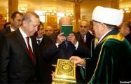 Лукашенко: Поцеловал Коран, потому что Эрдоган поцеловал