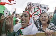 В Алжире перенесли выборы президента после массовых протестов