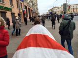 Шествие под бело-красно-белыми флагами по центру Минска