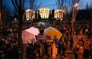 В Ереване устанавливают палатки возле парламента