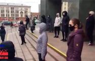 Жыве Беларусь! Минчане провели яркую акцию возле площади Якуба Коласа