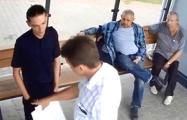 В Бресте хулиганы помыли испачканную остановку, когда узнали сумму ущерба