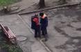 Отломали кусок тротуара: Как в Гродно заделали яму на дороге