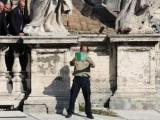Человек с зеленой книгой прервал мессу папы Римского