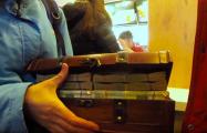 Видеофакт: Минчане пришли в «МакДональдс» с чемоданом старых сторублевок